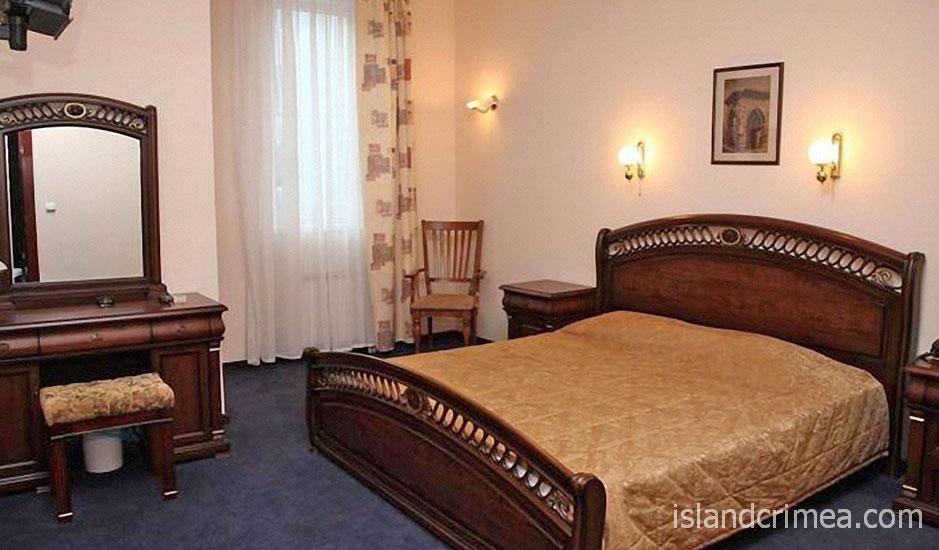 """Гостиница """"Лидия"""", двухкомнатный номер, спальня"""