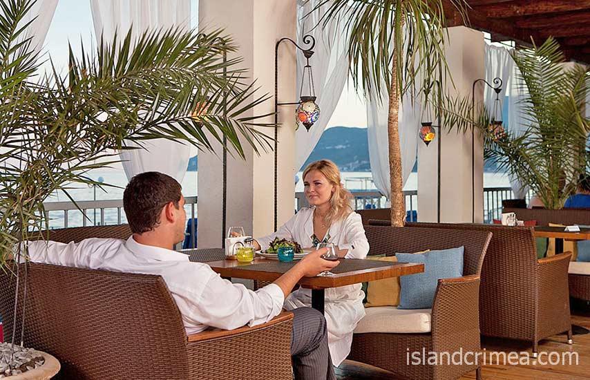 "Гостиница ""Ялта-Интурист"", ресторан ""Диван"" на пляже."