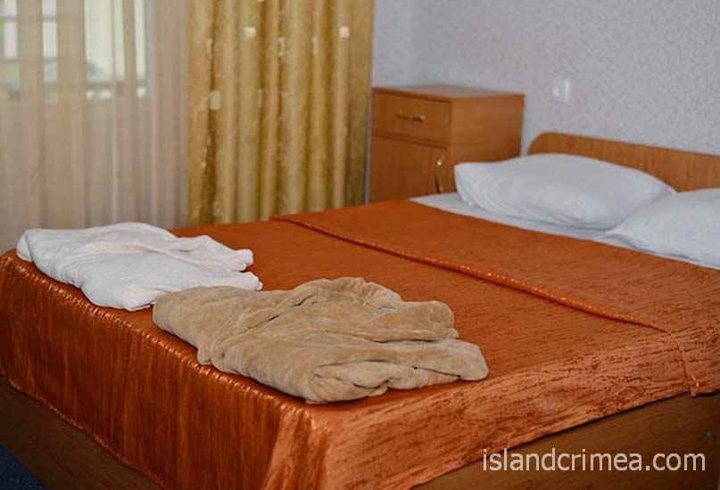 Happy Hotel, спальня в двухкомнатном номере