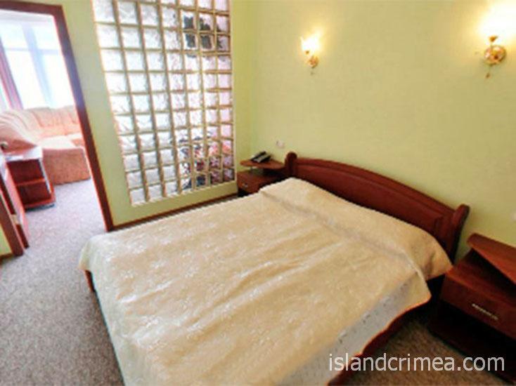 """Отель """"Маджестик"""", спальня в номере люкс."""