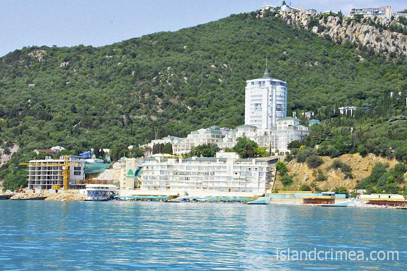 """Вид с моря на курорт-отель """"Пальмира-Палас"""""""