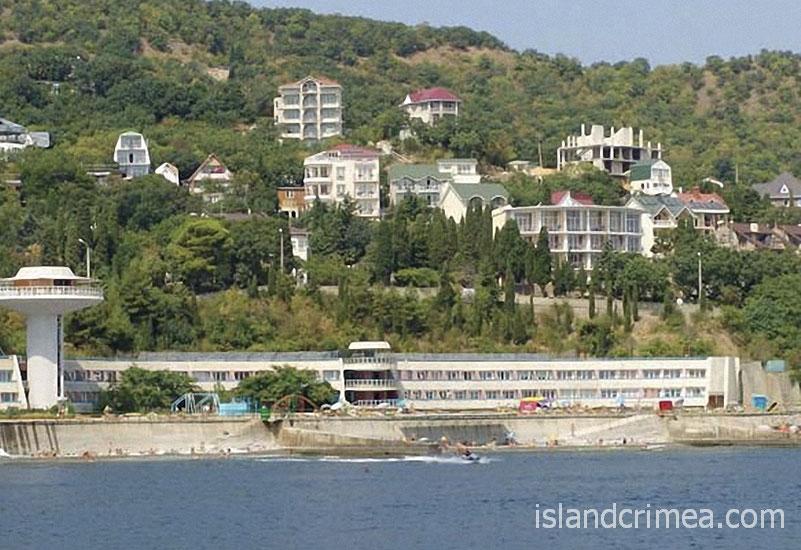 """Вид с моря на отель """"Ласковый берег""""."""