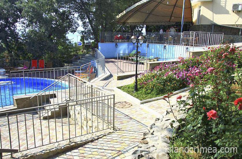 """Отель """"Ласковый берег"""", корпус """"Энерго"""", летняя площадка и бассейн."""