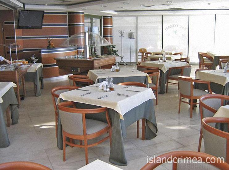 """Ресторан в отеле """"Аквапарк""""."""