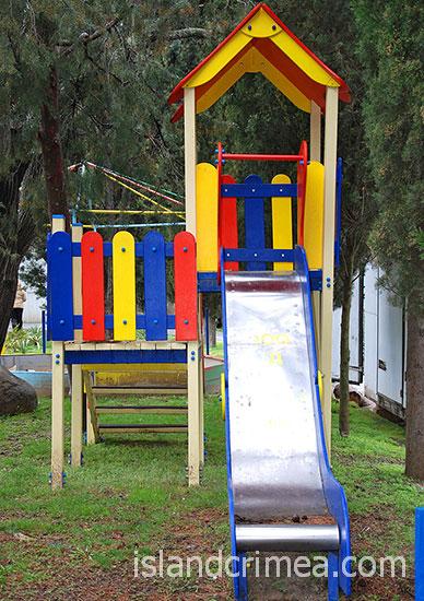 """Детская площадка на турбазе """"Мир""""."""