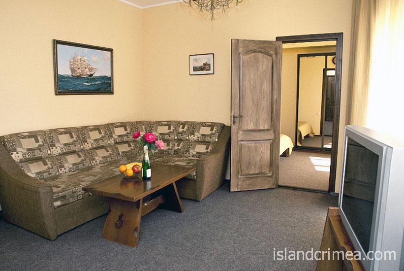 """Курортный отель """"Бастион"""", корпус 3, двухкомнатный номер, гостиная"""