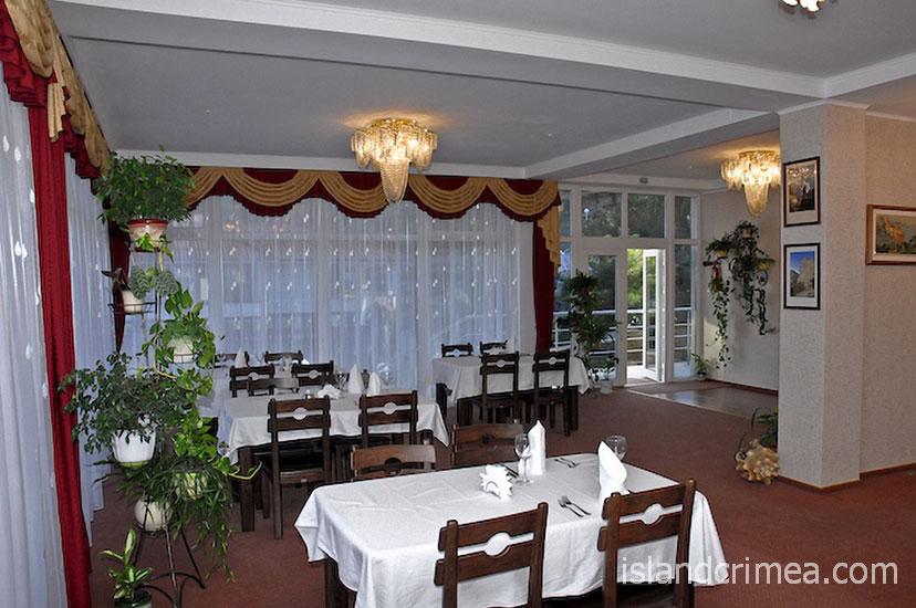 """Ресторан в дайвинг-отеле """"Белый грифон"""""""