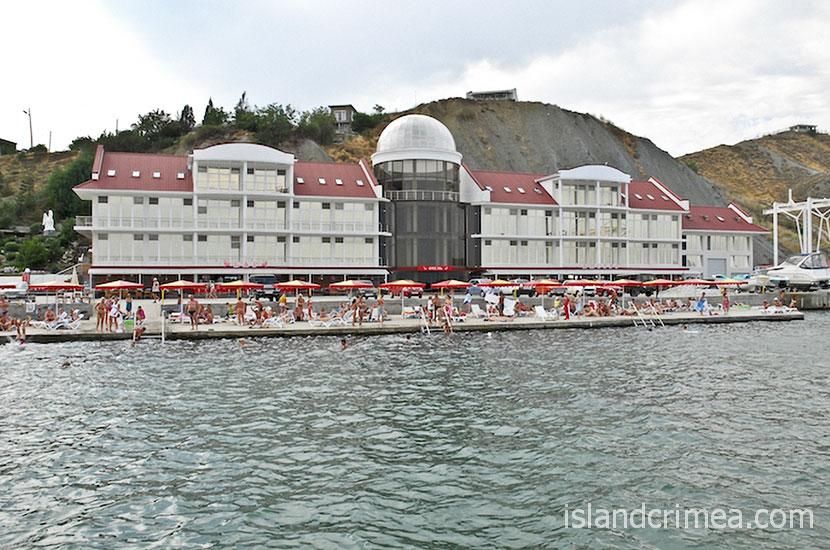 """Дайвинг-отель """"Белый грифон"""", пляж и корпус"""