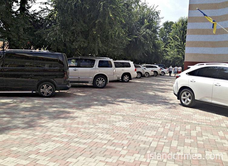 """Парковка отеля """"Империя"""""""