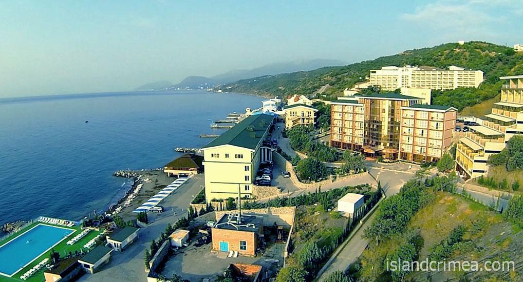 """Вид на территорию отеля """"Морской""""."""
