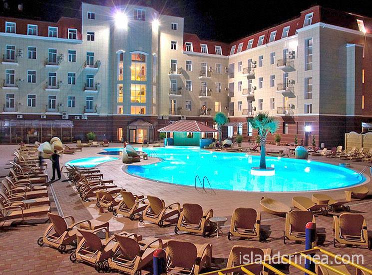 """Отель """"Ukraine Palace"""", бассейн вечером"""