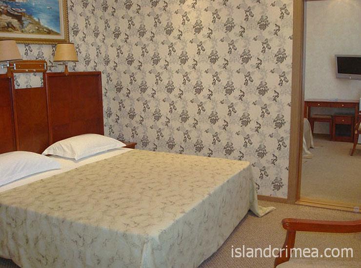 """Отель """"Ukraine Palace"""", номер стандарт четырехместный (коннекшн)"""