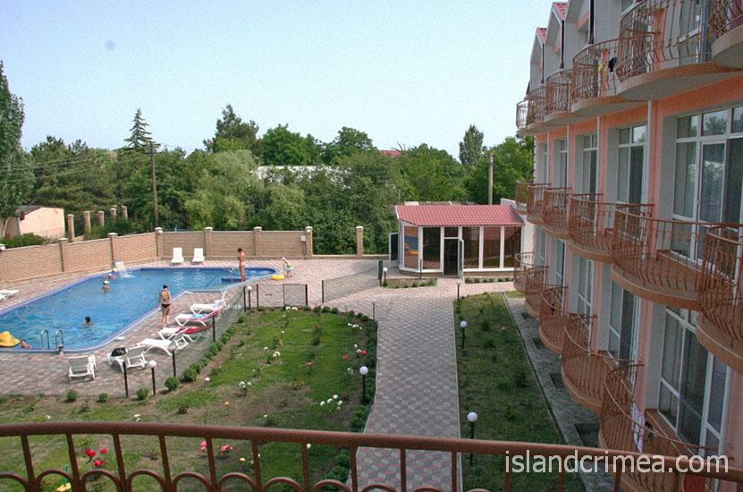 """Пансионат """"Гиацинт"""", вид с балкона на бассейн"""