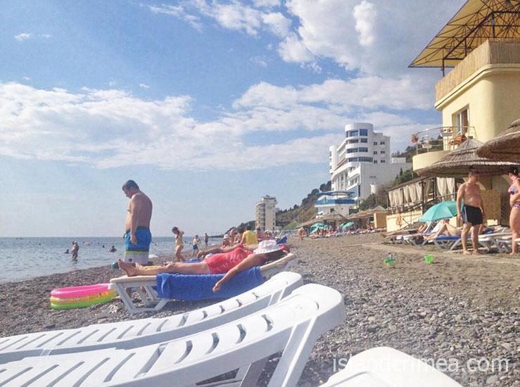 """Пляж пансионата """"Море""""."""