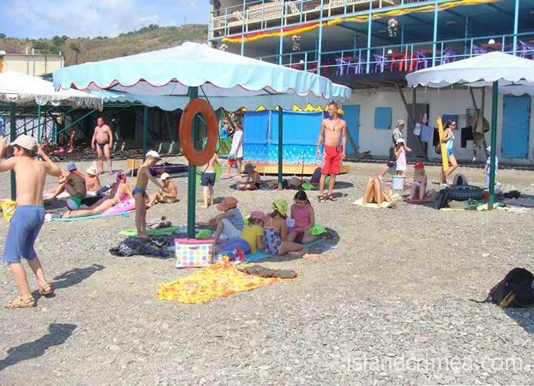 """Пляж пансионата """"Рыбачье""""."""