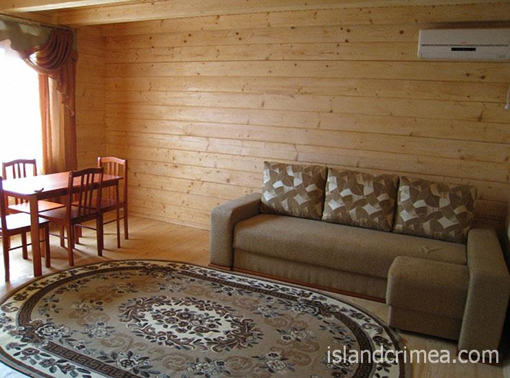"""Пансионат """"Украина-1"""", деревянный коттедж, трёхкомнатный номер (первый этаж)"""