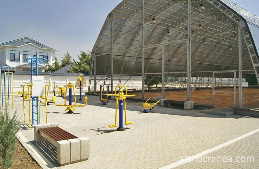 Санаторий имени Пирогова, теннисный корт и тренажёры