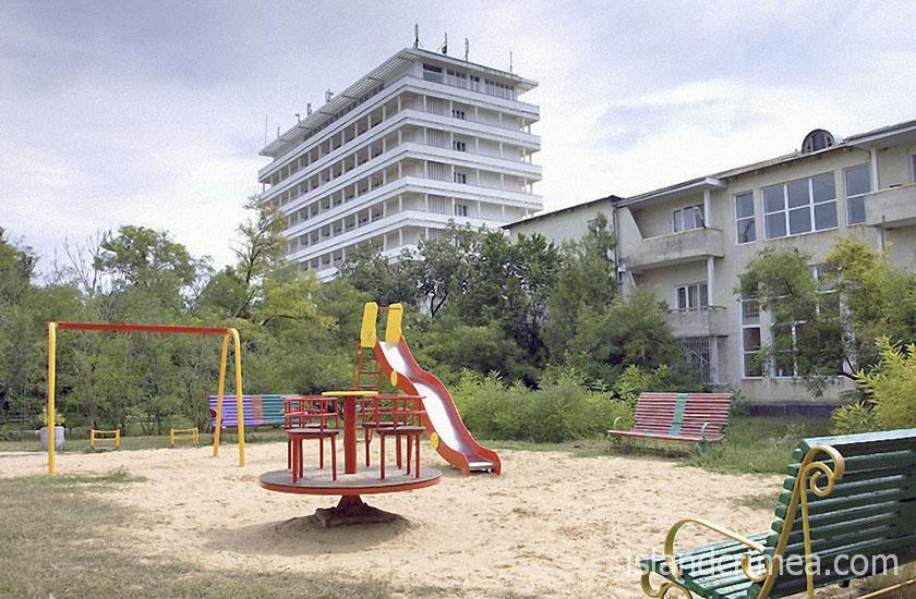 """Санаторий """"Днепр"""", детская площадка и корпус 6"""