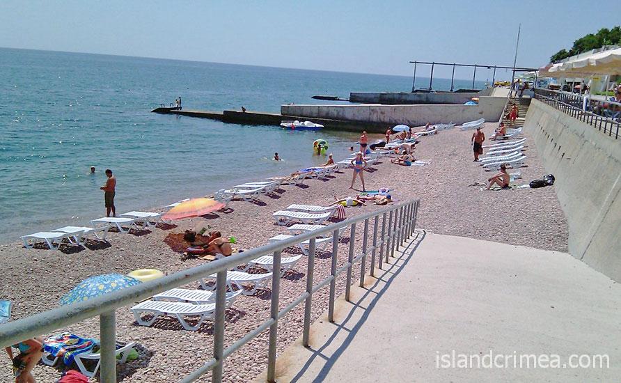 """Пляж санатория """"Морской уголок""""."""