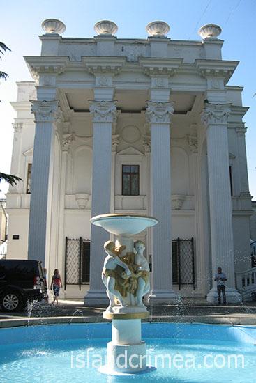 """Санаторий """"Родина"""", фонтан перед корпусом 1"""